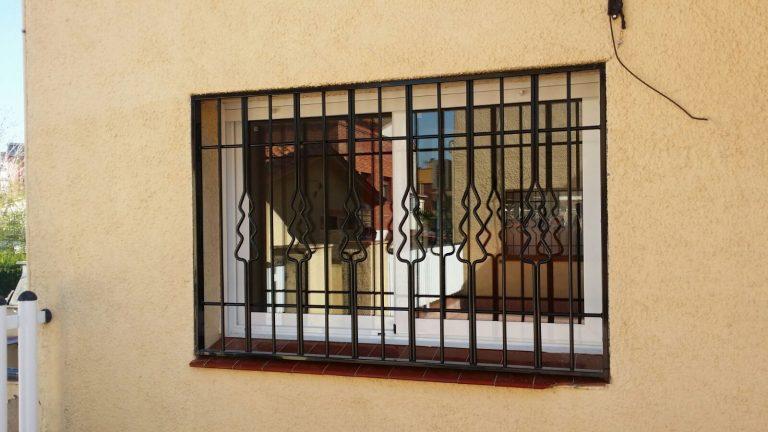 Instalación rejas fijas negras en Santa Perpetua de Moguda (Agosto 2017)