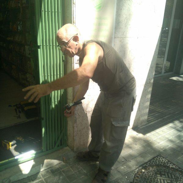 Instalación ballesta entrada comercio (2)
