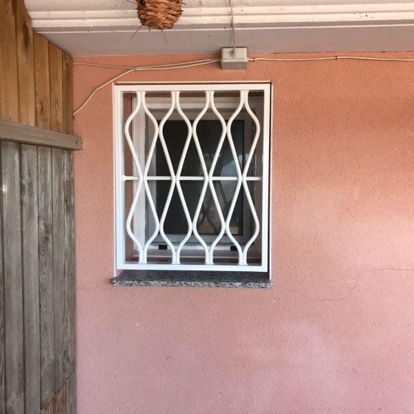 reja fija blanca ventana pequeña
