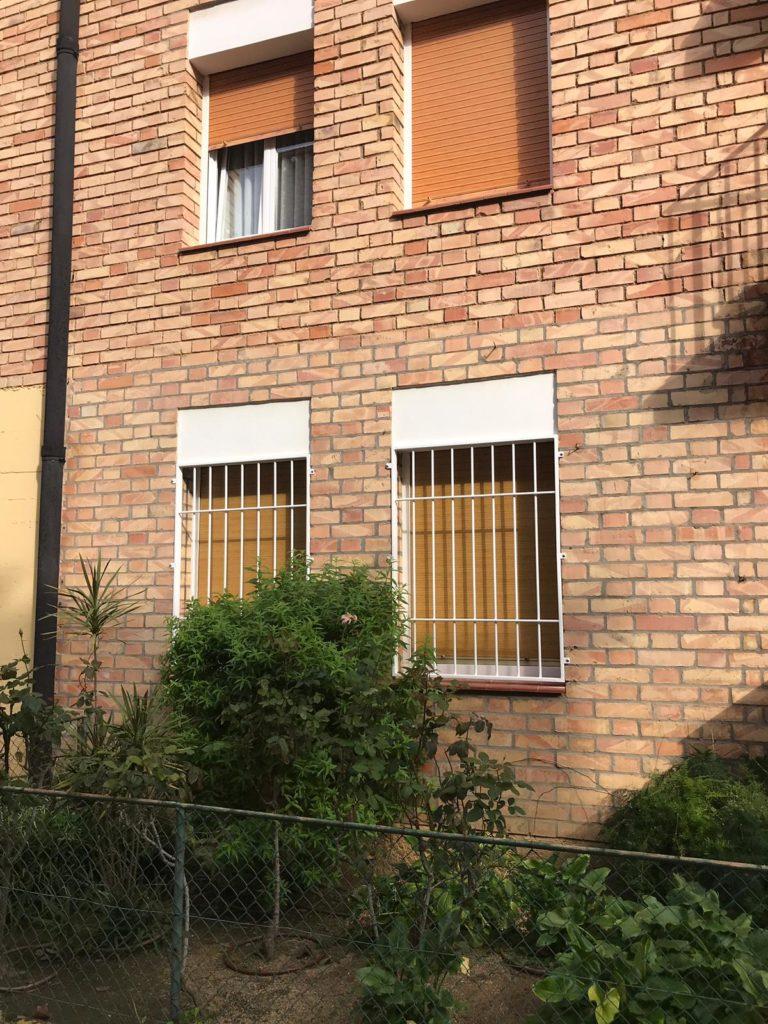 Instalación de rejas ventanas y puerta en bajo (Octubre 2018)
