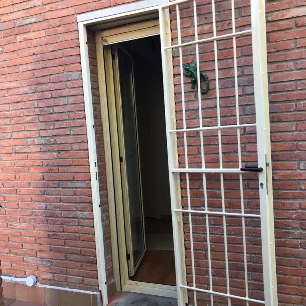 Instalación reja practicable marfil claro en Vallromanes (2)
