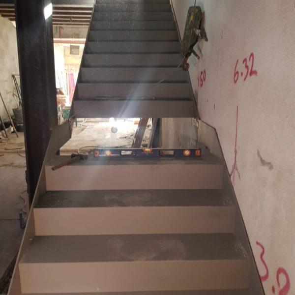 escalera de hierro, imprimada 1